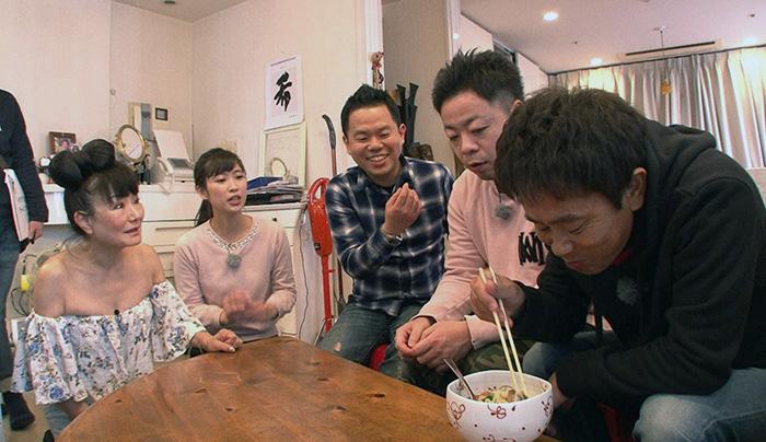 末成由美のアレンジインスタント麺を食べる浜田(毎日放送『ケンゴロー』)