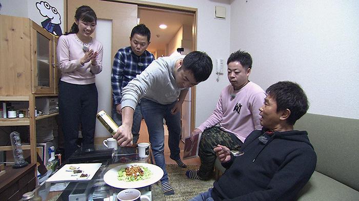 和牛・水田がインスタント麺のアレンジ料理を披露する(毎日放送『ケンゴロー』)