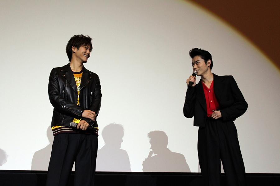 息の合った掛け合いを披露した松坂桃李(左)と菅田将暉