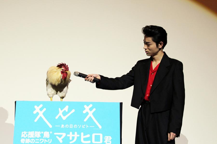 マサヒロくんに「羽もらっちゃっていいの?マサヒロくん」と話しかける菅田将暉
