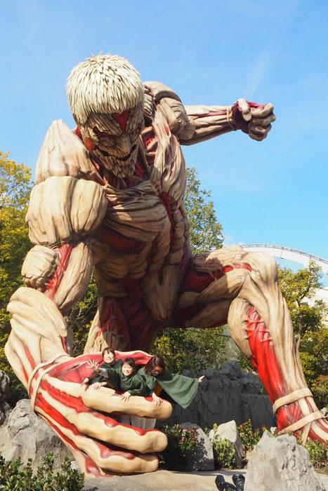 強固な肉体で調査兵団らを苦戦させる鎧の巨人。間近で見上げるとその迫力に寒気がするほど
