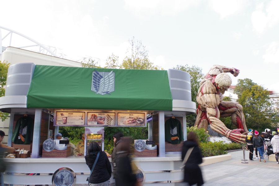 鎧の巨人の横には、「リヴァイ兵士長 専用遠征飯」1,180円などのフードカートが