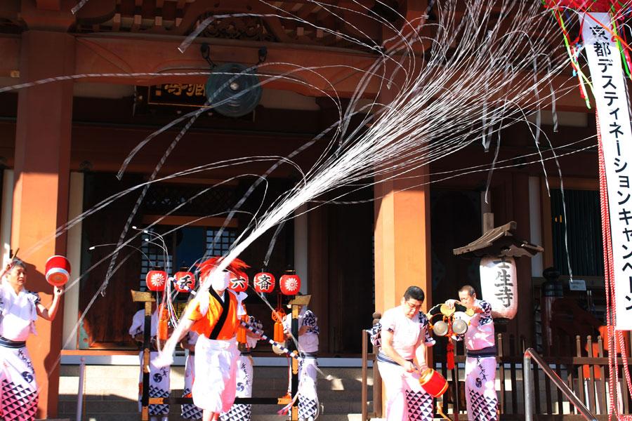 最後に「壬生六斎会」による壬生六斎念仏の奉納が華やかに執りおこなわれ、幕開けを飾った