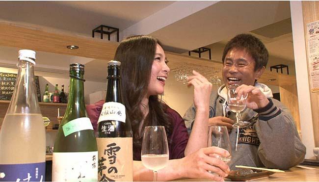 日本酒を飲む浜田と前田阿希子アナウンサー(毎日放送「ケンゴロー」)