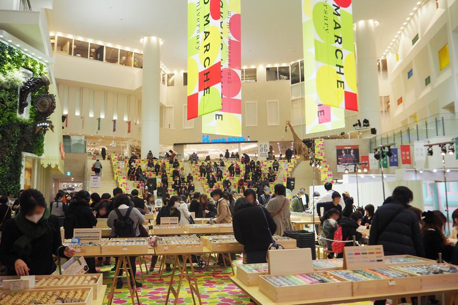 平日の昼にも関わらず多くの人々が集まった『mt グランマルシェ』(11日、阪急うめだ本店9階)