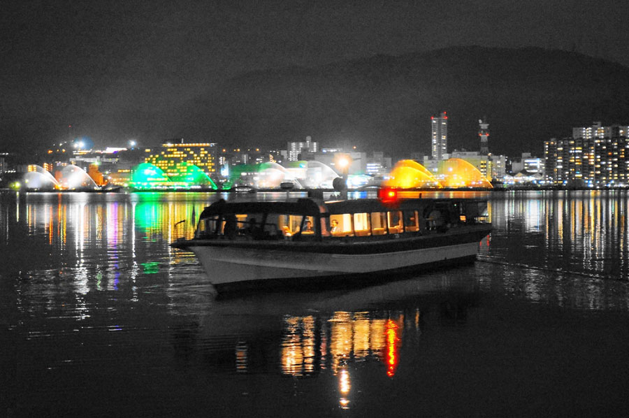 約15分のクルージング。湖上からは大津市の灯りが幻想的に見える