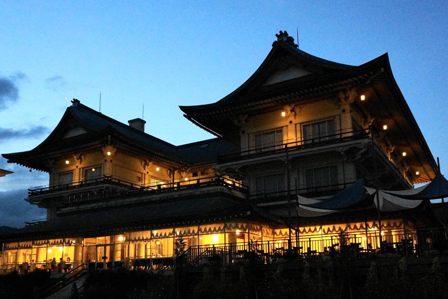 旧琵琶湖ホテルとして建設された「びわ湖大津館」が食事会場。ホテル時代には昭和天皇はじめ、ヘレンケラーや川端康成など各界の著名人が訪れた