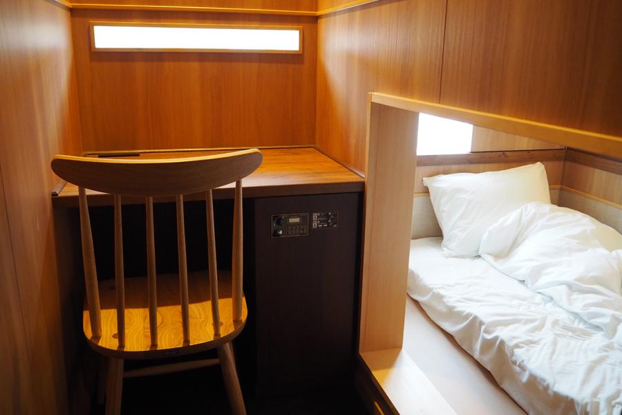 コンセント付デスク&チェア完備の個室からは、鴨川など京都の街並みを眺めることができる