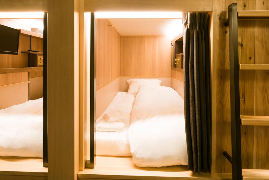 スタンダードタイプの客室。木のぬくもりを感じられるデザインに