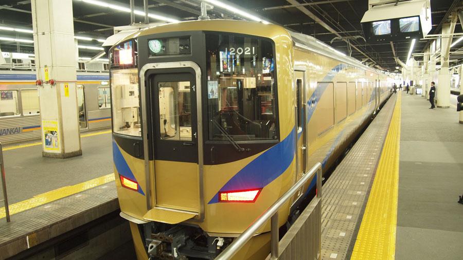 1月16日、南海難波駅に到着した新車両は、金色ボディに京都オパールのマークが施された超ド派手なデザイン