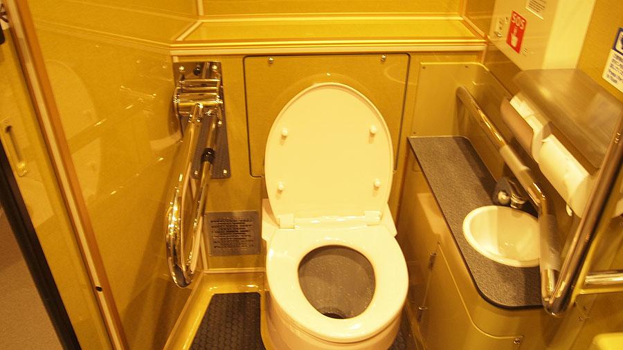 1月16日に公開された泉北高速鉄道の新型車両「泉北1200系」のトイレ。全面金で金運がアップしそう