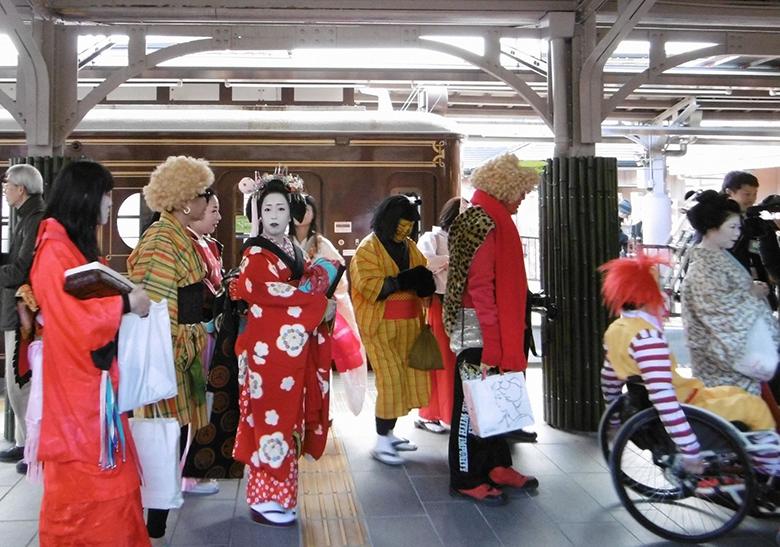 京都の節分の恒例行事、嵐電「節分お化け電車」