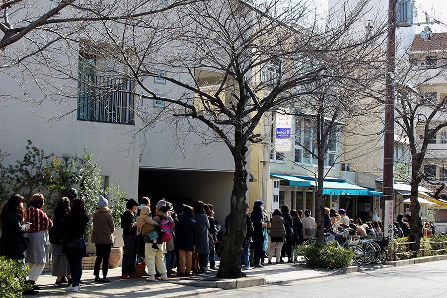 50名ほどが列を作った『冬の蚤の市』初日のオープン時(28日・芦屋市)