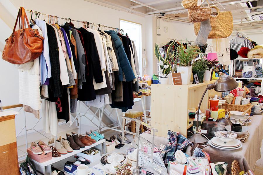 床のボックスにもぎっしり並べられたオシャレアイテム、洋服は約200円〜(28日・芦屋市)