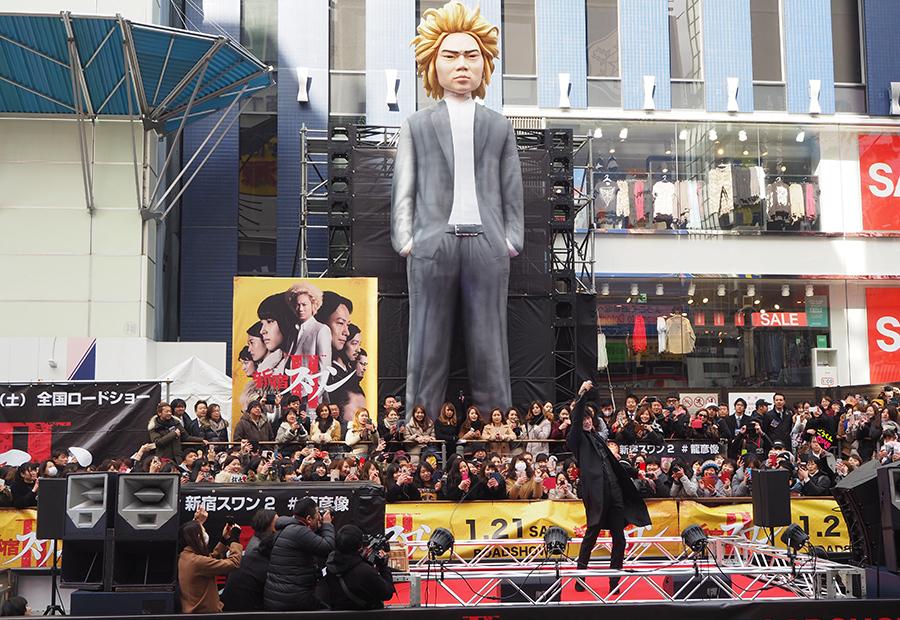 映画『新宿スワンⅡ』のゲリライベントに登場した綾野剛(15日・大阪道頓堀)