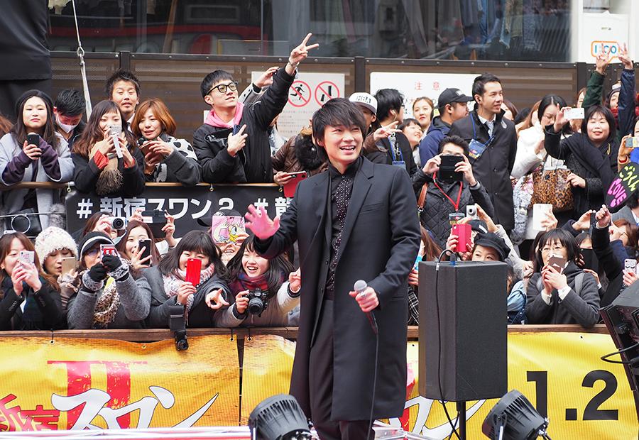 映画『新宿スワンⅡ』のゲリライベントに登場した俳優・綾野剛(15日・大阪道頓堀)