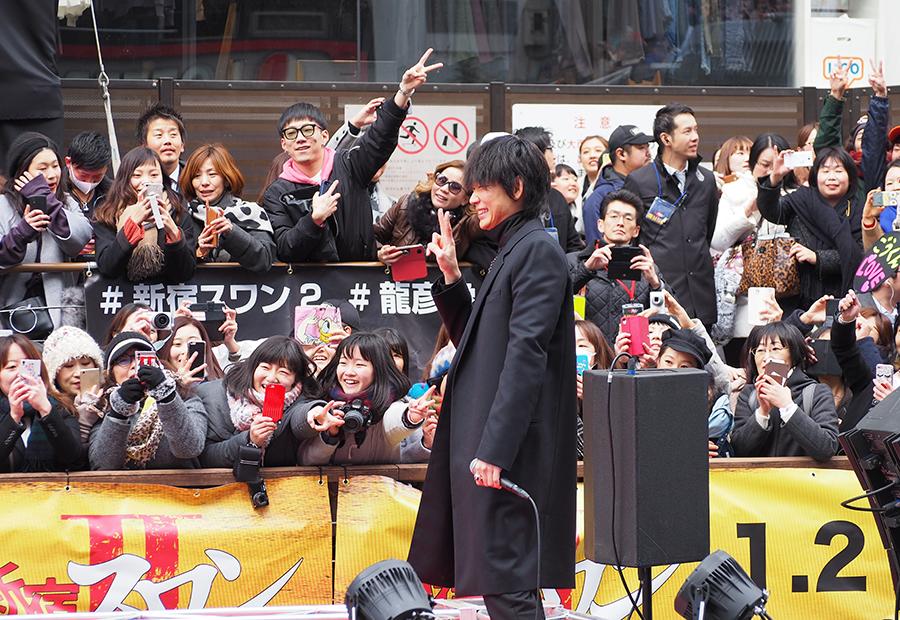 訪れた観客と記念撮影をする綾野剛(15日・大阪道頓堀)
