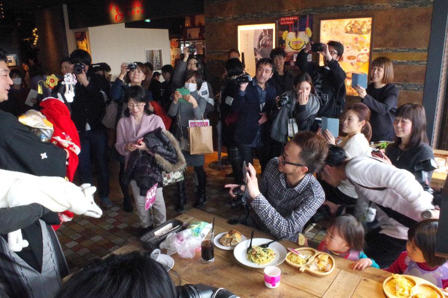 食事をしている人たちは、突然の来訪者に大喜び。みな、その小さな姿を興味深く見ていた