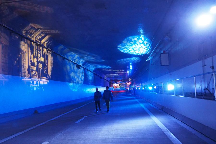 トンネル内はこの日だけ特別に光の演出も