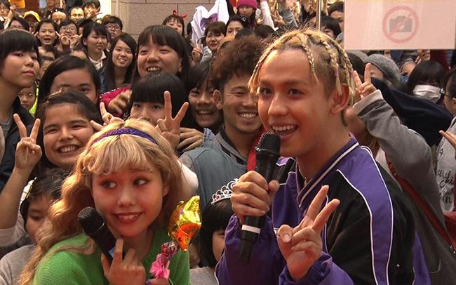 地元「ちぇるちぇるランド」で、熱狂のなか、ファンに迎えられるりゅうちぇるとぺこ(毎日放送『情熱大陸』)