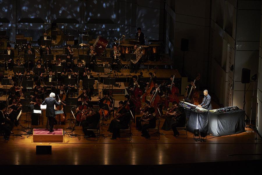 2016年3月21日の『ジェフ・ミルズ×東京フィルハーモニー交響楽団』(東京・Bunkamuraオーチャードホール)の模様 © Asami Hoshino