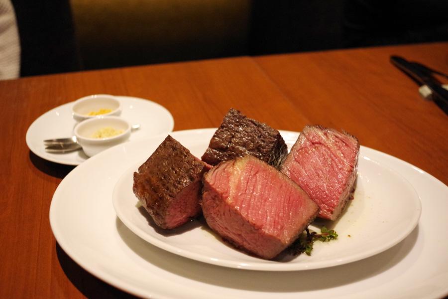 ゲンコツくらいの大きさがあるテンダーロイン3900円は、ガーリックチップや西洋わさびをトッピングに肉々しい味わいを堪能