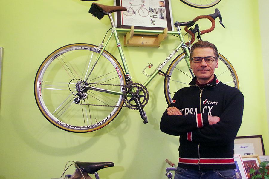 お気に入りのオリジナルバイクとともに笑顔を見せるルイジ・ヴェラーティさん