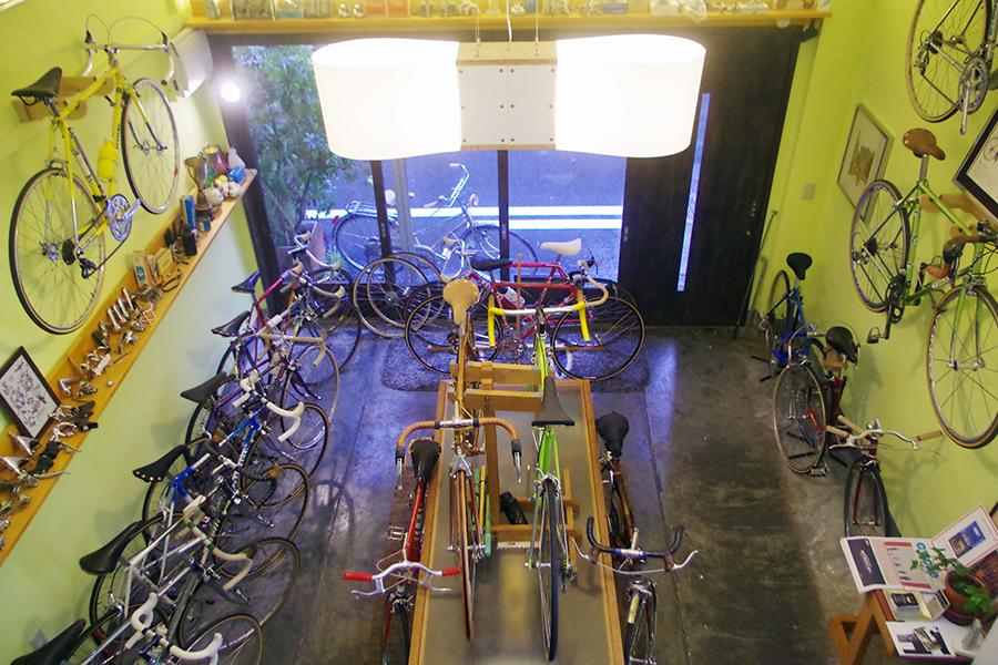 洗練されたデザインのヴィンテージロードバイクが店内にずらりと並ぶ