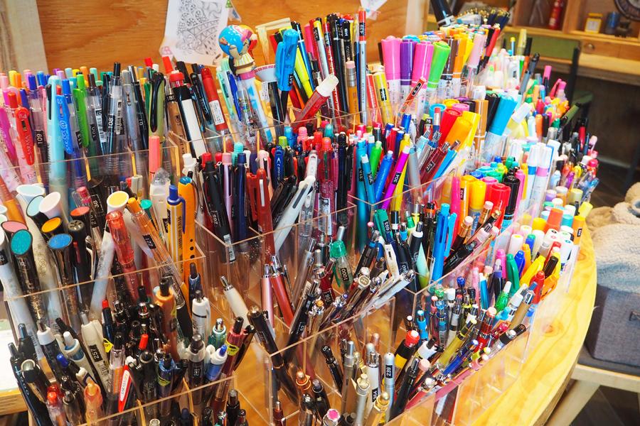 ステッドラーの製図用ペンやシュナイダーの万年筆など、普段なかなか手にしないペンもこの機会に