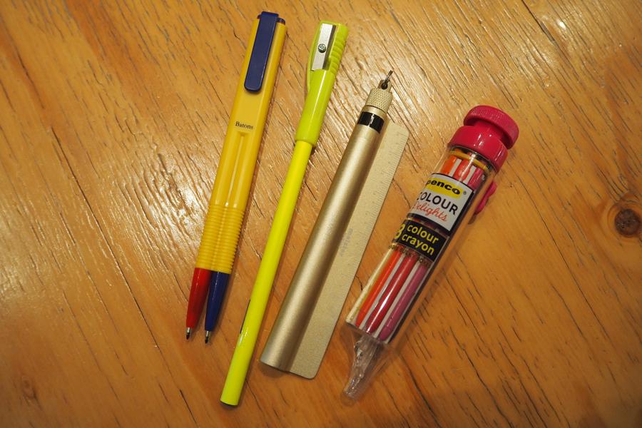 Lmaga.jp編集部が気になったペンたち。左のエポックケミカル「バトンズ」は1クリックで2色使用可能なので、スピードを必要とする事務仕事に最適なんだとか