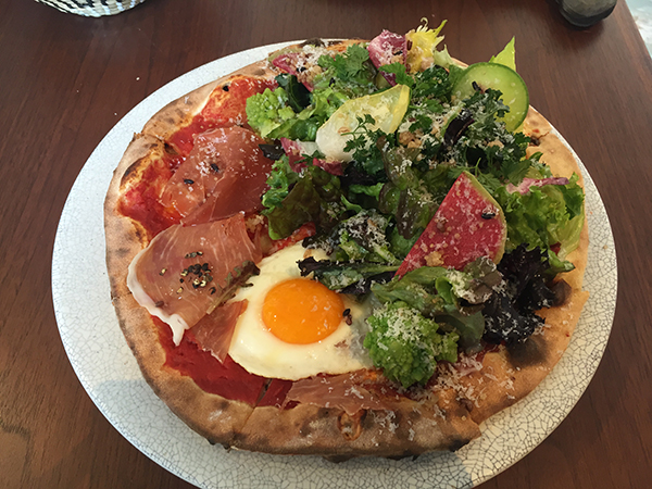 ディナータイムのアラカルト、生ハムとタマゴとトマトの神戸市西区の野菜の菜園サラダ仕立てのピッツァ1620円