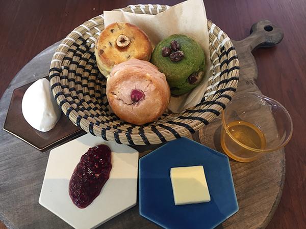 カフェタイムの自家製スコーンプレートは、さくら、レモン&ヘーゼルナッツ、抹茶の3種盛りで、756円
