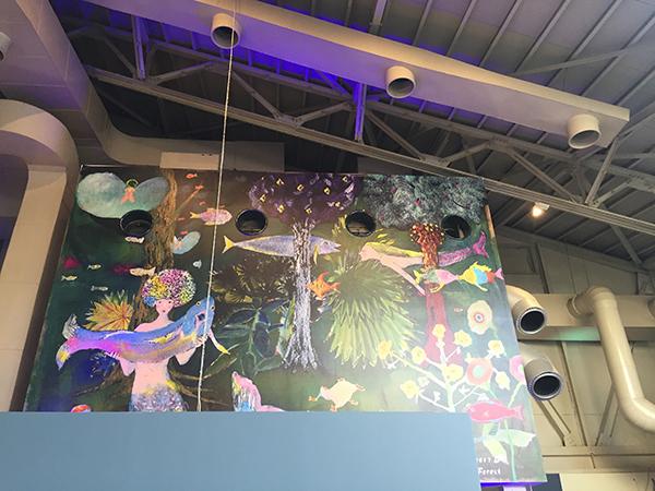 ロフトになった2階席の壁面には、画家寺門孝之さんのメインビジュアルが