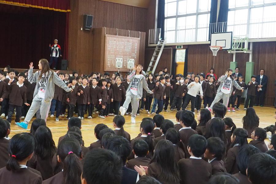 1、2年生らと練習したダンスを踊るE−girls(左から)Shizuka、Aya、山口乃々華(9日、大阪府松原市)