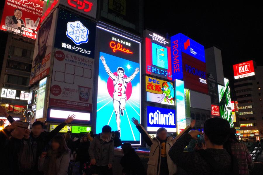 観光客の多くは両手を上げて記念撮影