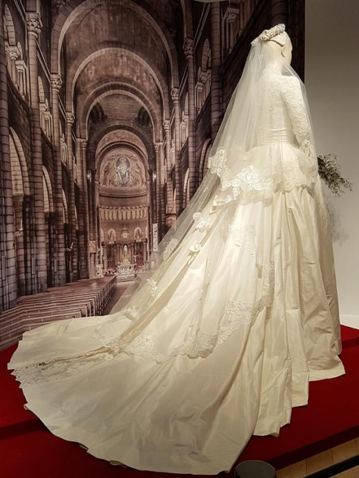 繊細なアンティークレースに何百ものパールがあしらわれたウェディングドレス