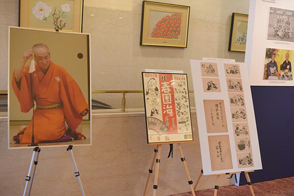 大阪松竹座のロビーでは、三代目桂春團治の写真や遺品など、まつわる品々をお披露目