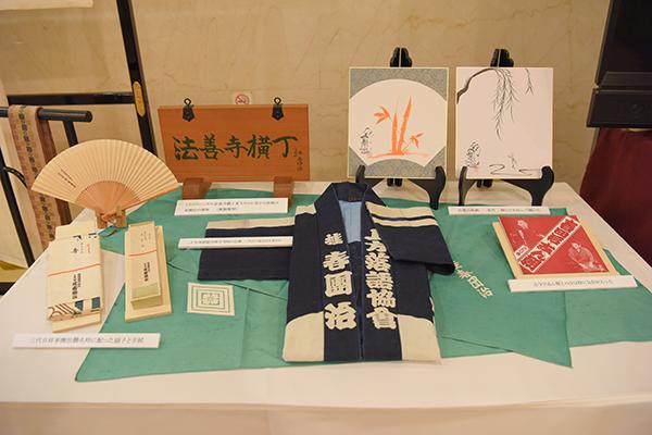 大阪松竹座のロビーには、三代目桂春團治の愛用品なども展示された