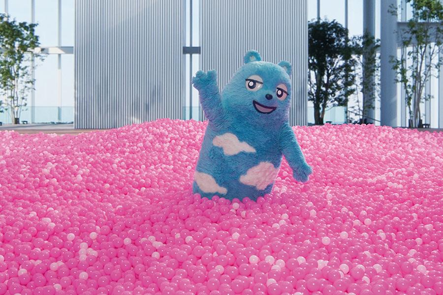 「SAKURA POOL」で遊ぶ同施設のキャラクター・あべのべあ(イメージ)