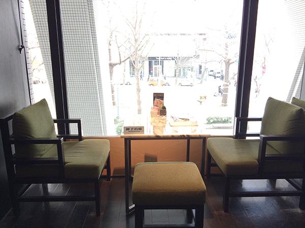 会場のロビーラウンジは、御堂筋を見下ろす大きな窓が開放的な空間。各回10名限定、予約は平日がねらい目だ