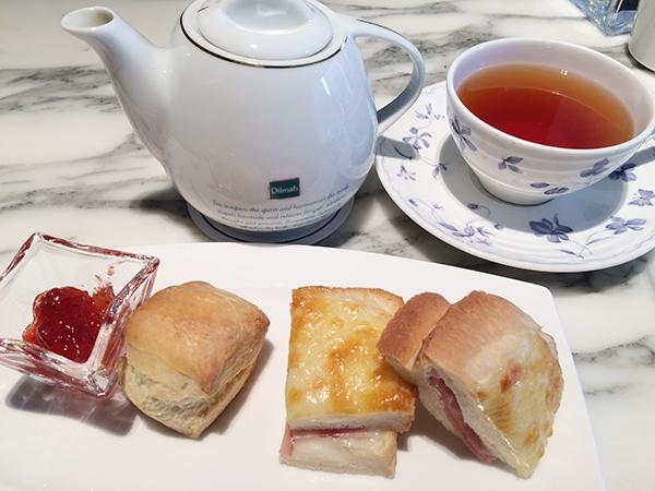 箸休めとして、クロックムッシュとスコーンが付く。ディルマの紅茶はポットサービスで、お替わりももちろんOK