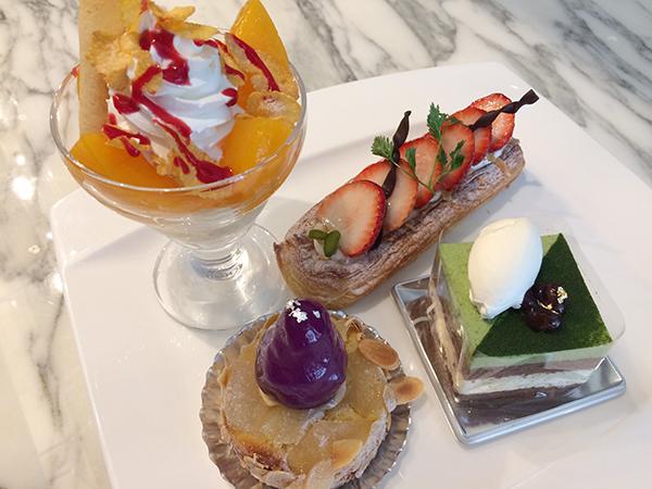 左からピーチメルバ、栗ごろごろモンブラン、苺のデニッシュ、抹茶とココア、ホワイトチョコムースのケーキ。買えば1個600円ほどなので、ブッフェはかなりオトク