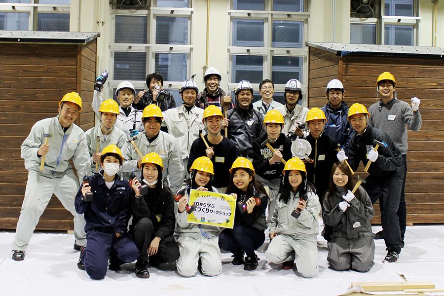 立派に完成した2棟の家の前で、プロと一緒に笑顔の記念撮影(5日・東大阪市)