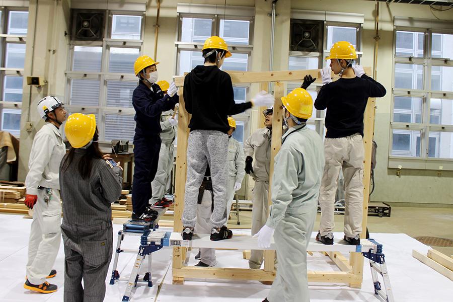 木材を組む高校生たち。家づくりのプロから木造住宅の基本を学んでいく(5日・東大阪市)