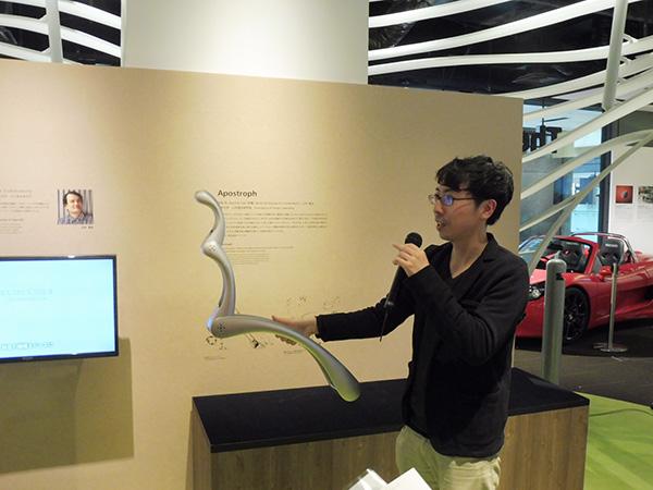 東京大学・山中俊治研究室「Apostoroph」2014年/ゆるやかなアーチを描く骨格と2つの回転する関節を持つ構造体。プログラムされたモーターにより、ユニークな動きを見せる