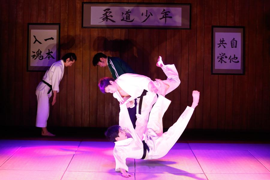 舞台上では、ばんばん投げ飛ばされる。『柔道少年』東京公演より