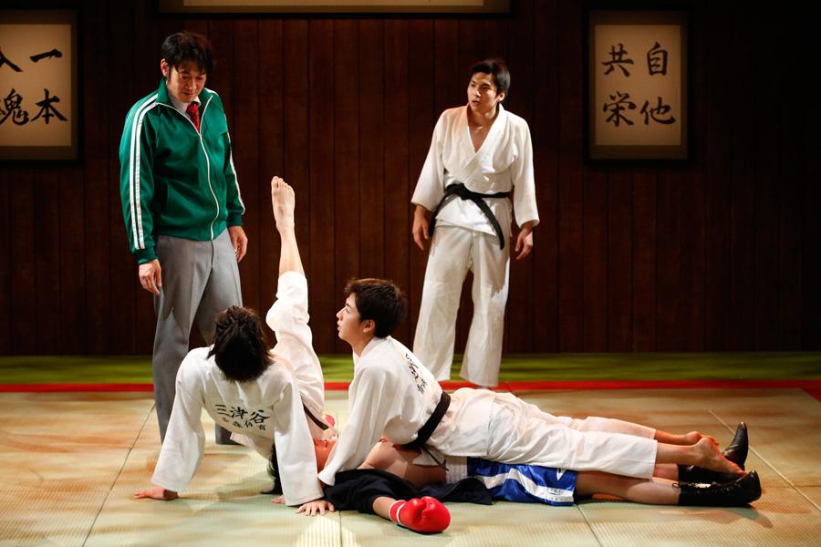 舞台には随所に笑いの要素が。『柔道少年』東京公演より