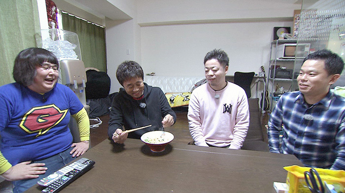 ガリガリガリクソンが作った「超濃厚ラーメン」を試食する浜田(毎日放送『ケンゴロー』)
