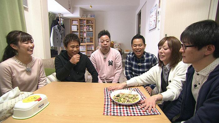 スーパーマラドーナ田中の妻ひかりさんが、インスタント麺をあんかけ焼きそば風にアレンジする(毎日放送『ケンゴロー』)
