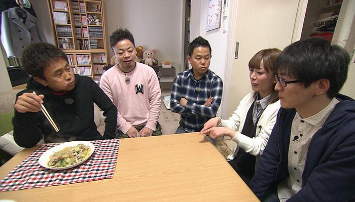スーパーマラドーナ田中の妻ひかりさんが作った、あんかけ焼きそば風アレンジ料理を試食する浜田(毎日放送『ケンゴロー』)